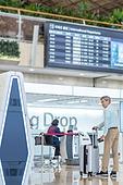 키오스크, 공항, 공항터미널 (공항), 공항체크인카운터 (공항), 출입국 (사회현상), 디지털, 디지털 (기술), 노인 (성인), 노인남자 (성인남자), 노인문제, 역경 (컨셉), 디지털소외, 디지털소외 (컨셉)