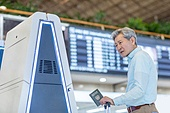 키오스크, 공항, 공항터미널 (공항), 공항체크인카운터 (공항), 출입국 (사회현상), 디지털, 디지털 (기술), 노인 (성인), 노인남자 (성인남자), 노인문제, 역경 (컨셉), 디지털소외, 디지털소외 (컨셉), 여권