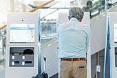 키오스크, 공항, 공항터미널 (공항), 공항체크인카운터 (공항), 출입국 (사회현상), 여행, 디지털, 디지털 (기술), 노인 (성인), 노인남자 (성인남자), 노인문제, 역경 (컨셉), 피로 (물체묘사), 고역 (컨셉), 디지털소외, 디지털소외 (컨셉)