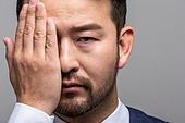 40-49세 (중년), 성인 (인간의나이), 얼굴표정 (커뮤니케이션컨셉), 감정, 사람손 (주요신체부분), 가리기 (제스처)