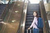 공항, 공항라운지 (공항), 공항체크인카운터 (공항), 여행, 해외여행, 휴가, 비행기, 승객, 승객 (여행하기), 공항터미널 (공항), 공항 (콩코스), 출입국 (사회현상), 한국인, 여성 (성별), 에스컬레이터