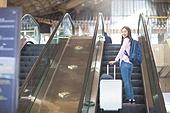 공항, 공항라운지 (공항), 공항체크인카운터 (공항), 여행, 해외여행, 비행기, 승객, 승객 (여행하기), 공항터미널 (공항), 공항 (콩코스), 출입국 (사회현상), 한국인, 여성 (성별), 에스컬레이터
