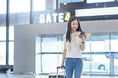 공항, 공항라운지 (공항), 공항체크인카운터 (공항), 여행, 해외여행, 비행기, 승객, 승객 (여행하기), 공항터미널 (공항), 공항 (콩코스), 출입국 (사회현상), 한국인, 여성 (성별), 청년 (성인), 휴대폰 (전화기), 스마트폰