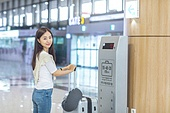 공항, 공항라운지 (공항), 공항체크인카운터 (공항), 여행, 해외여행, 비행기, 승객, 승객 (여행하기), 공항터미널 (공항), 공항 (콩코스), 출입국 (사회현상), 한국인, 여성 (성별), 저울 (저울도구), 측정도구 (작업도구), 여행가방 (짐), 바퀴달린여행가방 (짐)