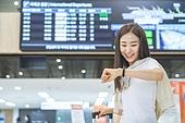 공항, 공항라운지 (공항), 공항체크인카운터 (공항), 여행, 해외여행, 비행기, 승객, 승객 (여행하기), 공항터미널 (공항), 공항 (콩코스), 출입국 (사회현상), 한국인, 여성 (성별), 시간체크 (움직이는활동)