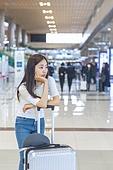 공항, 공항라운지 (공항), 공항체크인카운터 (공항), 여행, 해외여행, 휴가, 비행기, 승객, 승객 (여행하기), 공항터미널 (공항), 공항 (콩코스), 출입국 (사회현상), 한국인, 여성 (성별), 기다림, 지루함, 지연, 턱괴기 (만지기)