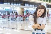 공항, 공항라운지 (공항), 공항체크인카운터 (공항), 여행, 해외여행, 휴가, 비행기, 승객, 승객 (여행하기), 공항터미널 (공항), 공항 (콩코스), 출입국 (사회현상), 한국인, 여성 (성별), 기다림, 지루함, 지연, 시간체크 (움직이는활동)