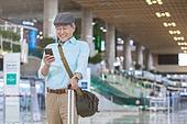 공항, 공항터미널 (공항), 공항 (콩코스), 여행, 해외여행, 승객, 승객 (여행하기), 노인 (성인), 노인남자 (성인남자), 실버산업, 실버라이프 (주제), 여행가방 (짐), 바퀴달린여행가방 (짐), 스마트폰, 휴대폰, 스마트기기 (정보장비), 휴대폰 (전화기)