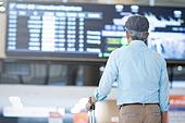 공항, 공항터미널 (공항), 공항 (콩코스), 여행, 해외여행, 승객, 승객 (여행하기), 노인 (성인), 노인남자 (성인남자), 실버산업, 실버라이프 (주제), 여행가방 (짐), 바퀴달린여행가방 (짐), 출발도착게시판 (안내판)
