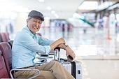공항, 공항터미널 (공항), 공항 (콩코스), 여행, 해외여행, 승객, 승객 (여행하기), 노인 (성인), 노인남자 (성인남자), 실버산업, 실버라이프 (주제), 여행가방 (짐), 바퀴달린여행가방 (짐), 의자 (좌석), 앉기 (몸의 자세)