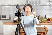 노인 (성인), 실버산업, 1인미디어, 음식, 요리하기 (음식준비), 카메라, 촬영, 미소