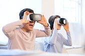 노인 (성인), 노인여자 (성인여자), VR기기 (컴퓨터장비), 노인건강 (실버라이프), 노인남자 (성인남자), 부부, 노인커플 (이성커플), 재미 (즐거움)