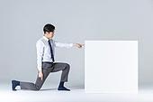 상자 (용기), 한국인 (동아시아인), 비즈니스맨 (사업가), 취업준비생 (역할), 신입사원, 인턴, 인턴 (직업), 행동 (모션), 제스처, 모션 (컨셉), 밀기