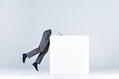 상자 (용기), 한국인 (동아시아인), 비즈니스맨 (사업가), 취업준비생 (역할), 신입사원, 역경, 역경 (컨셉), 출입 (향해가는동작), 사람다리 (사람팔다리)