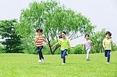 어린이 (인간의나이), 초등학생, 들판, 달리기 (물리적활동), 미소