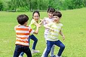 어린이 (인간의나이), 초등학생, 플레이 (움직이는활동), 술래잡기, 미소, 즐거움