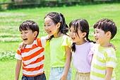 어린이 (인간의나이), 초등학생, 플레이 (움직이는활동), 미소, 즐거움, 어깨동무