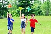 어린이 (인간의나이), 초등학생, 들판, 바람개비, 달리기 (물리적활동), 미소