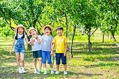 어린이 (인간의나이), 초등학생, 과수원, 손잡기 (홀딩), 즐거움, 밝은표정