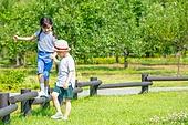 어린이 (인간의나이), 초등학생, 플레이 (움직이는활동), 걷기 (물리적활동), 미소
