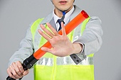한국인, 누끼 (누끼), 건설현장 (인조공간), 건설업 (산업), 안전, 안전장비 (장비), 건설근로자 (노동자), 안전모, 정지표시, 신호봉, 신호원