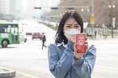 여성, 마스크 (방호용품), 대기오염 (공해), 날씨, 고통, 기침, 스마트폰, 모바일앱 (인터넷)