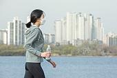 여성, 마스크 (방호용품), 대기오염 (공해), 날씨, 고통, 기침, 찡그림 (얼굴표정), 걷기 (물리적활동)