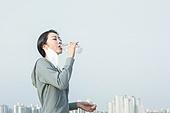 여성, 마스크 (방호용품), 대기오염 (공해), 날씨, 고통, 기침, 찡그림 (얼굴표정), 걷기 (물리적활동), 마시기