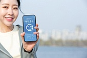여성, 대기오염 (공해), 날씨, 스마트폰, 모바일앱 (인터넷), 미소, 밝은표정
