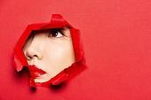 여성 (성별), 숨기 (움직이는활동), 응시 (감각사용), 숨기, 엿보기 (응시), 응시, 사람눈 (주요신체부분), 빨강, 빨강 (색상)