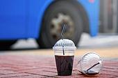 버스, 대중교통 (운수), 아이스커피 (차가운음료), 쓰레기 (물체묘사), 플라스틱, 재활용 (환경보호), 버스정류장 (인공구조물), 예절 (컨셉)