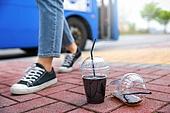 버스, 대중교통 (운수), 아이스커피 (차가운음료), 쓰레기 (물체묘사), 플라스틱, 재활용 (환경보호), 버스정류장 (인공구조물), 예절 (컨셉), 사람다리 (사람팔다리), 걷기, 신발