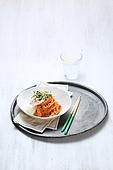 비빔국수 (국수),면,매콤한음식,국수,그릇,접시,젓가락,유리잔