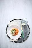 비빔국수 (국수),면,매콤한음식,국수,그릇,젓가락,쟁반,유리잔