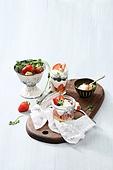 딸기, 음식재료,음식,도마,식탁보,디저트,무스,컵케이크