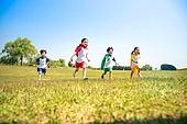 한국인, 어린이 (인간의나이), 어린시절, 초등학생, 유치원생, 잔디밭 (경작지), 장난치기 (감정), 달리기 (물리적활동)