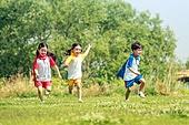 한국인, 어린이 (인간의나이), 어린시절, 초등학생, 유치원생, 잔디밭 (경작지), 장난치기 (감정), 유아교육, 달리기 (물리적활동)