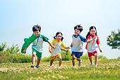 한국인, 어린이 (인간의나이), 어린시절, 초등학생, 유치원생, 잔디밭 (경작지), 장난치기 (감정), 교육 (주제), 달리기 (물리적활동), 친구, 즐거움, 재미, 행복