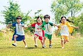 한국인, 어린이 (인간의나이), 어린시절, 초등학생, 유치원생, 잔디밭 (경작지), 장난치기 (감정), 교육 (주제), 달리기 (물리적활동), 친구