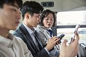 버스, 교통, 버스 (육상교통수단), 예절 (컨셉), 스마트폰, 엿보기 (응시), 호기심, 세대차이 (나이차이)