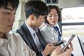 버스, 교통, 버스 (육상교통수단), 예절 (컨셉), 스마트폰, 엿보기 (응시), 호기심, 스트레스, 불쾌함 (어두운표정)