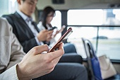 버스, 교통, 버스 (육상교통수단), 예절 (컨셉), 스마트폰, 스몸비, 무관심, 사람손 (주요신체부분)