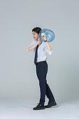 신입사원 (화이트칼라), 한국인, 청년 (성인), 운반 (홀딩), 생수통 (물병)