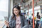 여성, 버스, 실내, 교통수단좌석 (교통수단일부), 앉기 (몸의 자세), 스마트폰, 미소