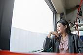 여성, 버스, 실내, 교통수단좌석 (교통수단일부), 앉기 (몸의 자세), 미소, 음악, 듣기 (감각사용), 눈감음 (정지활동)