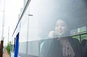 여성, 버스, 실내, 교통수단좌석 (교통수단일부), 앉기 (몸의 자세), 창밖보기, 음악, 듣기 (감각사용)