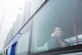 여성, 버스, 실내, 교통수단좌석 (교통수단일부), 앉기 (몸의 자세), 창밖보기, 음악, 듣기 (감각사용), 흐린날씨 (하늘), 비 (물형태)