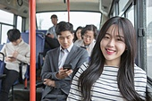 여성, 버스, 실내, 교통수단좌석 (교통수단일부), 앉기 (몸의 자세), 미소, 밝은표정