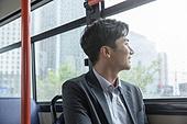 버스, 실내, 교통수단좌석 (교통수단일부), 앉기 (몸의 자세), 미소, 밝은표정, 남성, 창밖보기