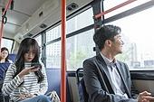 버스, 실내, 교통수단좌석 (교통수단일부), 앉기 (몸의 자세), 미소, 밝은표정, 남성, 출퇴근